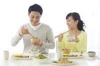 朝食を食べる新婚夫婦