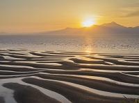 熊本県 有明海 光る海と干潟模様と雲仙岳と夕日 御輿来海岸
