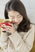ホットドリンクで温まる20代日本人女性