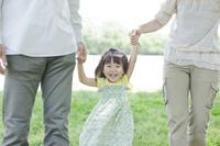 公園で手をつなぐ日本人家族