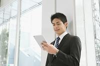 iPadを見るビジネスマン