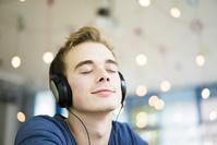 音楽を聴く外国人男性