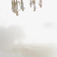 水面に映る人影