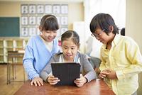 タブレットを使う日本人の小学生