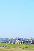千葉県 東京都 河川敷グラウンドと街並み