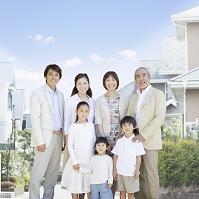 住宅街で笑顔で寄り添う日本人の三世代家族