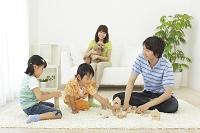 積木で遊ぶ子供パパを見守るママ