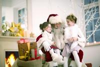 サンタクロースの膝に座る子ども