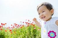 花畑を走る日本人の女の子