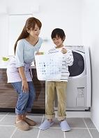 洗濯かごを持つ男の子と母