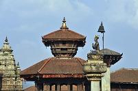 ネパール ブパティンドラ・マッラ王の像
