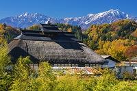 長野県 かやぶき民家と北アルプス(爺ヶ岳,鹿島槍ヶ岳)