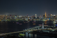 豊洲ぐるり公園と東京湾岸のビル群の夜景