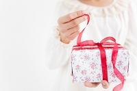 プレゼントのリボンを解く女性