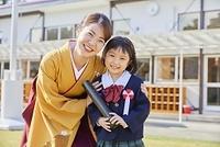 笑顔の先生と幼稚園児の女の子