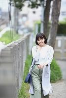 防護柵の側にいる若い日本人女性