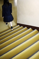 階段を降りる女子高校生