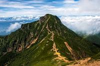 長野県 八ヶ岳 赤岳から行者小屋に向かう登山道から見る阿弥陀岳