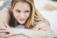 ブランケットに寝そべる若い外国人女性
