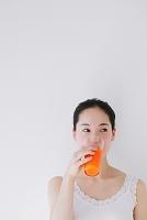 野菜ジュースを飲む日本人女性