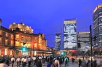 東京都 東京駅丸の内駅舎と人々
