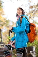 トレッキングをしている日本人女性