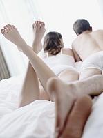 寝室でくつろぐ外国人カップル