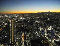 東京都 サンシャイン60展望台から見る富士山と街のイルミネーシ...