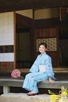 縁側で涼む浴衣の日本人女性
