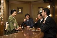 スーツの外国人男性と着物の女性