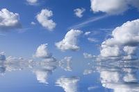 水面に映る空と雲