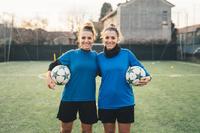 サッカーユニフォームを着た若い女性