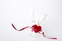 グラスと赤いリボンのかかったハート