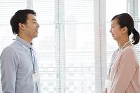 向き合う日本人ビジネス男女