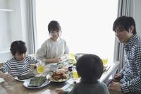 手巻き寿司を食べる日本人家族