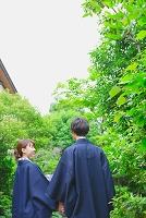 温泉旅行する日本人カップル