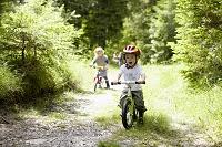 林の中で自転車にのる子供