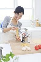 パスタの生地を作る日本人女性