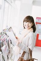 コンビニで立ち読みをする日本人女性