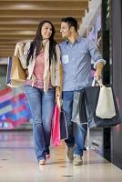 ショッピングをする外国人カップル
