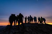 唐松岳山頂でご来光を待つ登山者たち