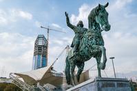 イラン テヘランの町並み 騎馬像