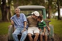 トラックに座る家族