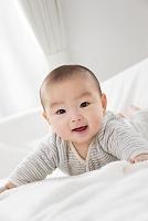 リビングで笑う日本人の赤ちゃん