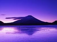山梨県 精進湖の朝と富士山