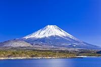 山梨県 本栖湖と富士山