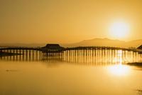 青森県 津軽富士見湖 日の出の鶴の舞橋と八甲田山