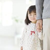 父親と手を繋ぐ女の子