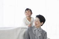 笑顔の祖母と孫