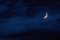 夜の雲に隠れる三日月